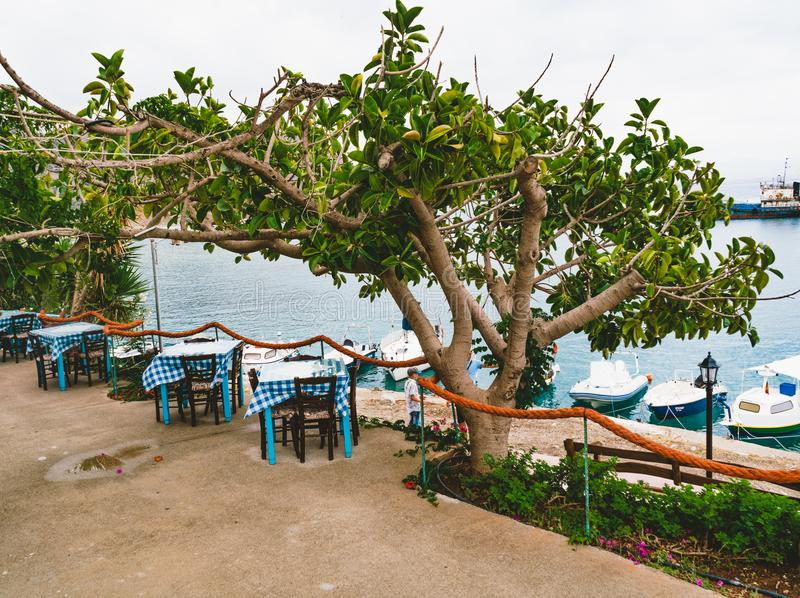 Griechenland Kreta Restaurant mit gedienter Tabelle in der Seeseite von Seeansichtinsel mit atemberaubendem, erstaunlichem und un lizenzfreie stockfotos