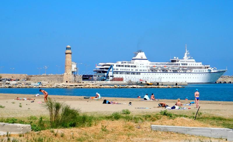 Griechenland, Kreta, Rethymno-Hafen, Kreuzschiff lizenzfreie stockfotografie