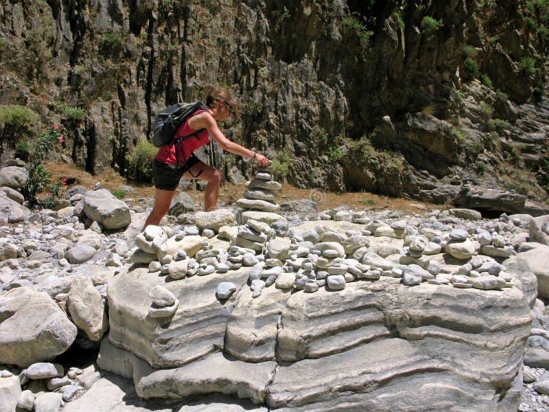 Griechenland, Kreta, Samaria-Schlucht, junge Frau, Pyramide von den Steinen stockbild