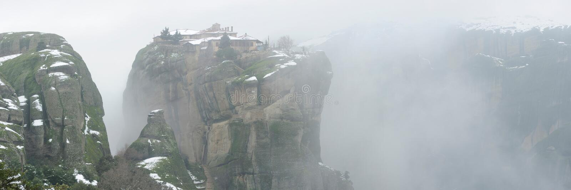 Griechenland. Meteora Kloster im Winternebel. Panorama lizenzfreie stockbilder