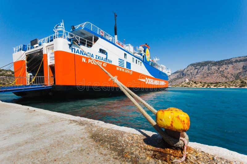 Griechenland, Panormitis- 14. Juli: Die Fähre am Pier im Hafen am 14. Juli 2014 in Panormitis, Griechenland lizenzfreie stockbilder
