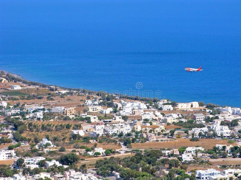 Griechenland, Santorini, Kamari-Dorf, Flugzeug, Meer, Draufsicht lizenzfreie stockfotos