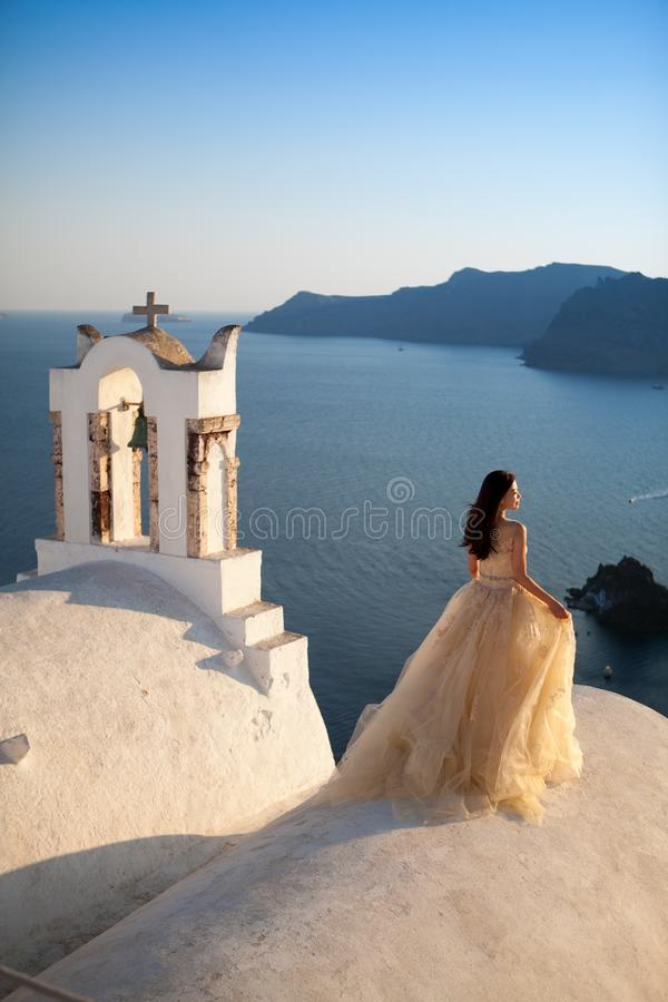 Griechenland, Santorini, Oia 16. September 2014: ein paar eben verheiratete Leute in der sch?nen Kleidung ihre Flitterwochenmonat lizenzfreies stockbild
