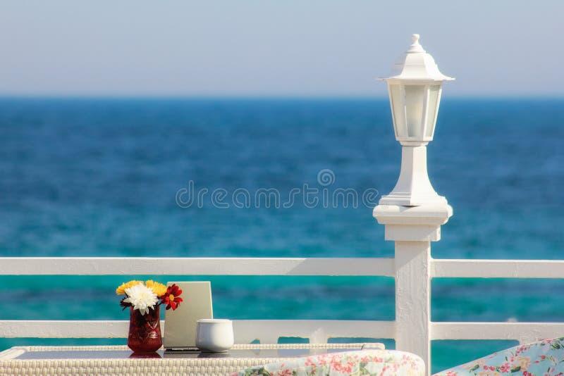 Griechenland, Santorini Restaurant mit gedienter Tabelle in der Seeseite von Ägäischem Meer auf Insel Santorini die Kykladen lizenzfreie stockbilder