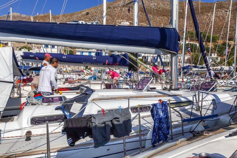 Griechenland, Tilos, 07 23 2015 Yachtregatta im Jachthafen, Nahaufnahme Viele Boote auf dem Liegeplatz stockbilder