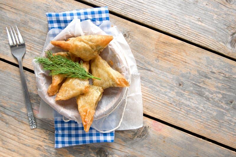 Griechische Feta und Spinat filo Gebäckdreiecke lizenzfreies stockfoto