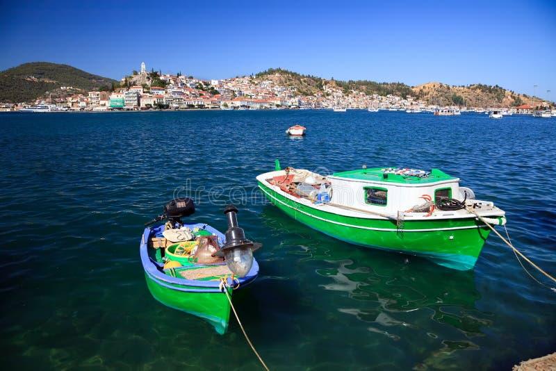 Griechische Fischerboote nähern sich Poros Insel stockbilder