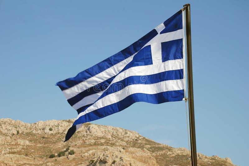 Griechische Flagge auf Tilos-Insel lizenzfreies stockfoto