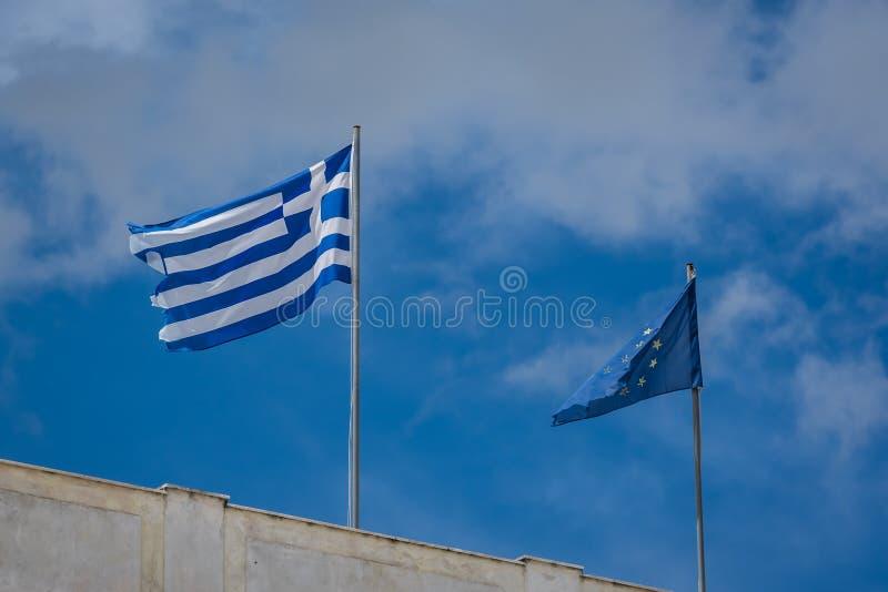 Griechische Flagge und EU-Flagge stockfotografie