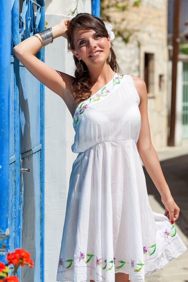 Griechische Frau in ihrem Haus stockbild