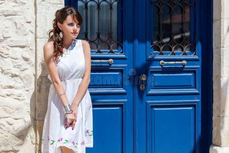 Griechische Frau in ihrem Haus stockfotos