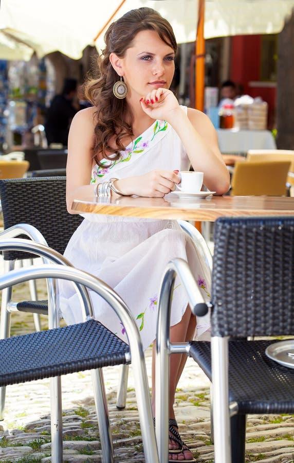 Griechische Frau im Café lizenzfreie stockbilder
