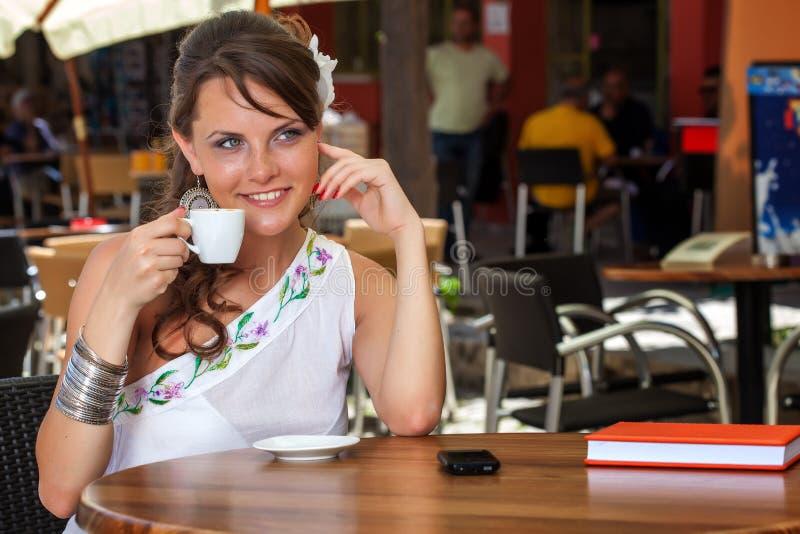 Griechische Frau im Café stockbild
