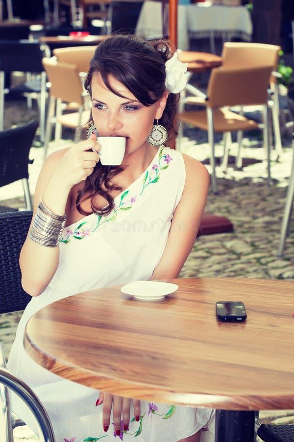 Griechische Frau im Kaffee stockfotos