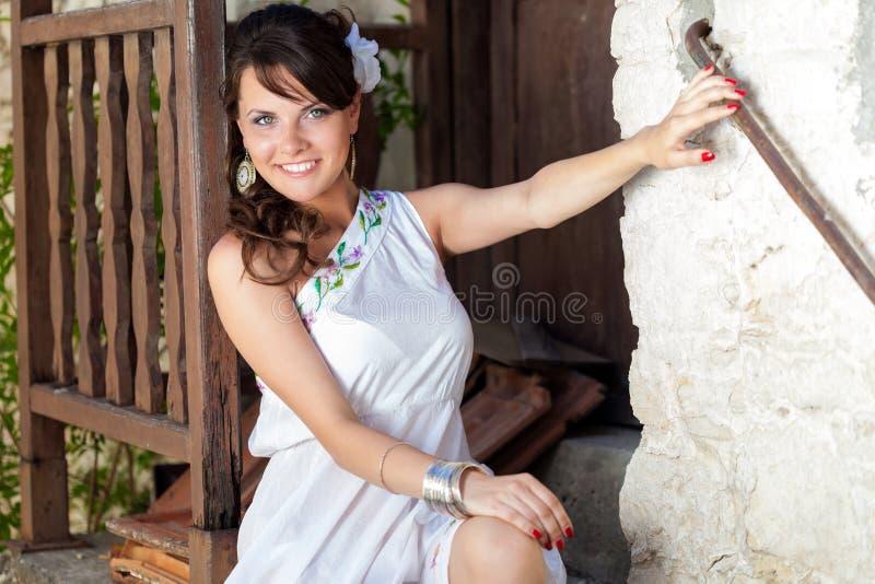 Griechische Frau sitzt auf Steinjobsteps lizenzfreies stockbild