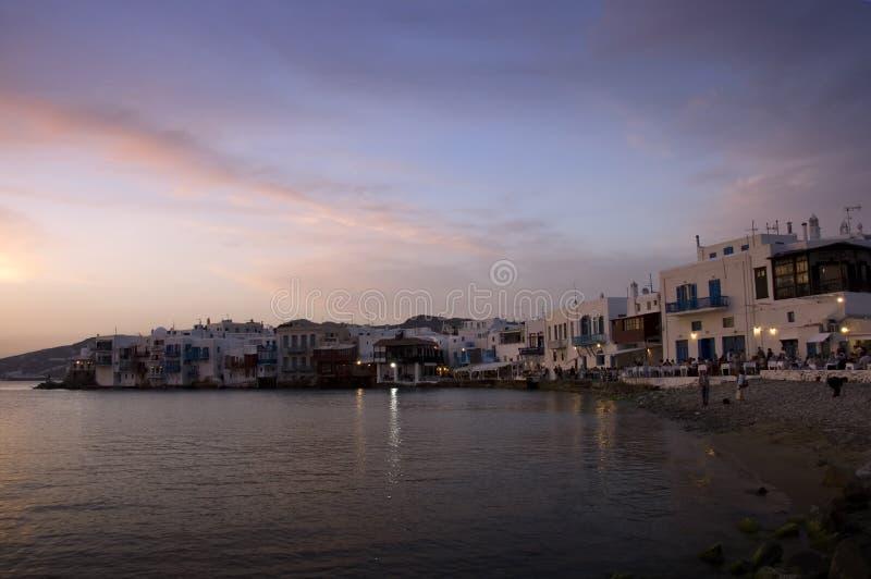 Griechische Insel an der Dämmerung stockbild