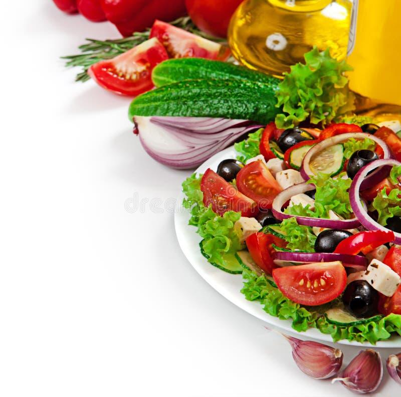 Griechische Küche - Frischgemüsesalat lokalisiert lizenzfreies stockbild