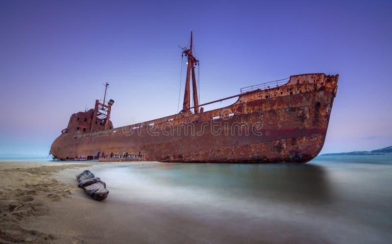 Griechische Küstenlinie mit dem berühmten rostigen Schiffbruch in Glyfada-Strand nahe Gytheio, Gythio-Laconia Peloponnes lizenzfreies stockbild