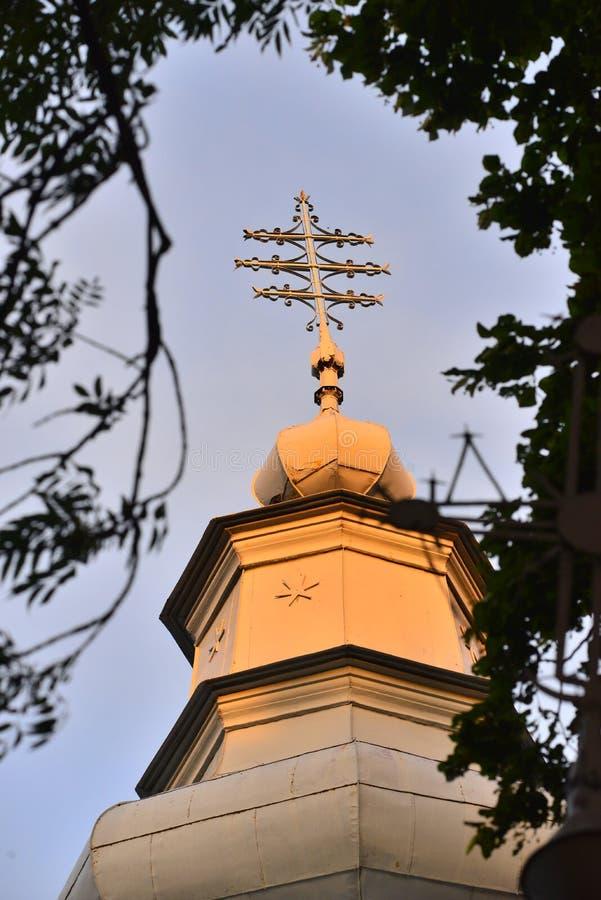Griechische katholische Kirche und heiliges Kreuz lizenzfreie stockfotografie