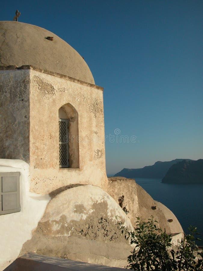 Griechische Kirche durch das Meer. Santorini, Griechenland stockfotografie