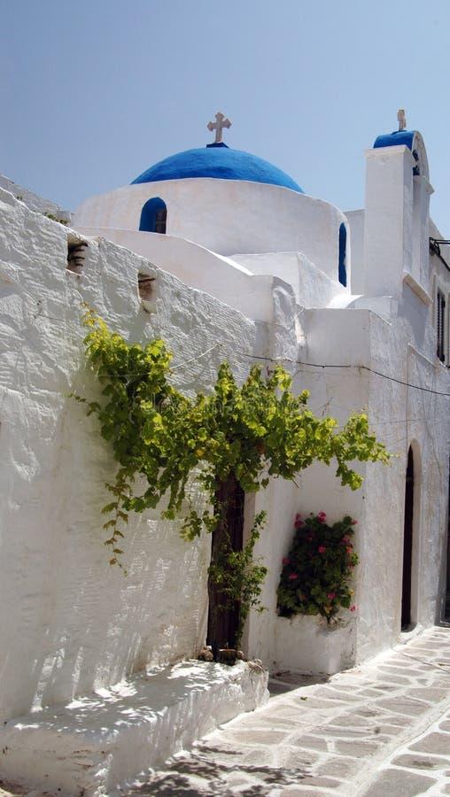 Griechische Kirche mit grünem Baum stockfoto