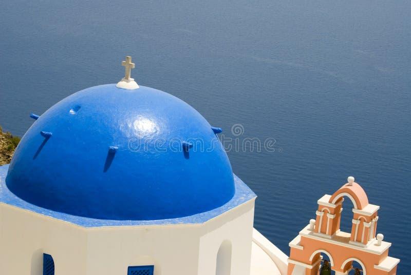 Griechische Kirche und Glockenturm stockbild