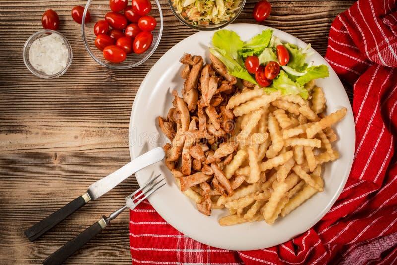 Griechische Kreiselkompasse DIS mit Fischrogen und Salat lizenzfreies stockbild