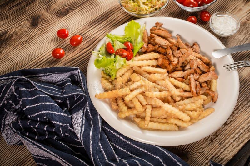 Griechische Kreiselkompasse DIS mit Fischrogen und Salat lizenzfreie stockbilder
