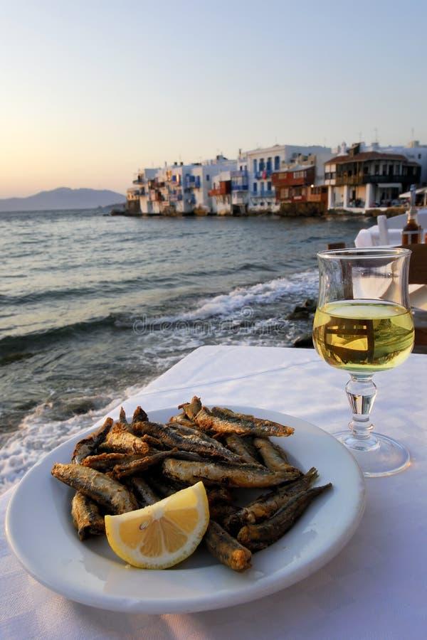 Griechische Nahrung und Wein mit lizenzfreie stockfotos