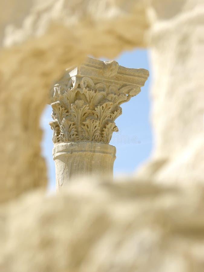 Griechische Spalte und Ruinen lizenzfreie stockfotografie