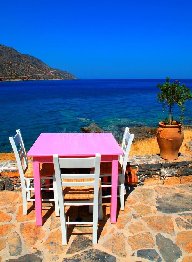 Griechische Taverne im Freien mit rosa Tabelle (Kreta) stockfotografie
