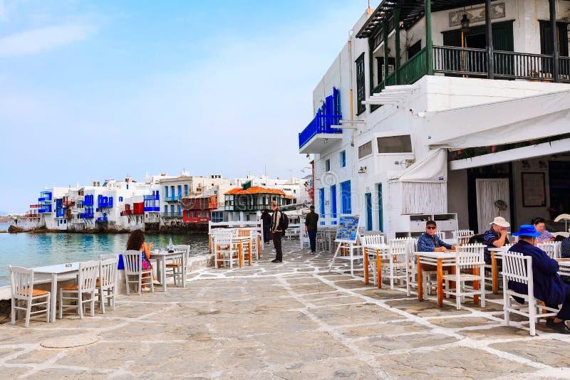 Griechische Taverne in wenigem Venedig, Mykonos, Griechenland lizenzfreie stockbilder