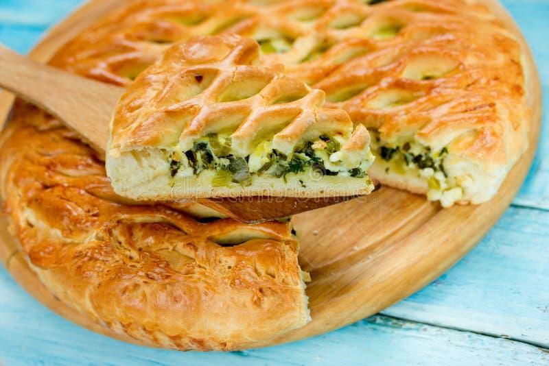Griechische Torte mit gesalzenem Käse und Spinat stockfotografie
