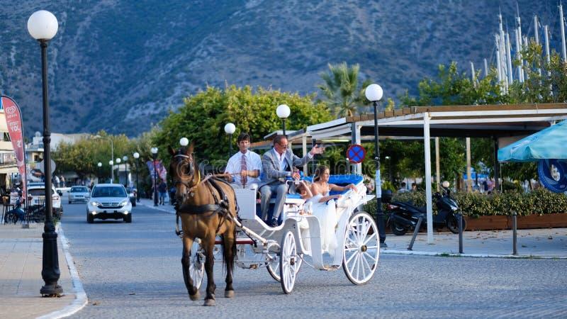 Griechische traditionelle Hochzeit mit einem Pferdekampfwagen stockfotos
