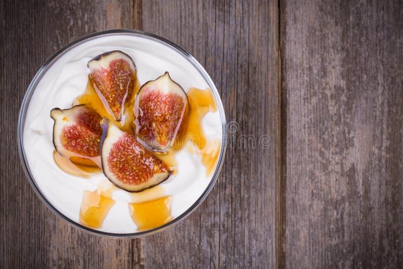 Griechischer Jogurt mit Feigen und Honig stockfoto