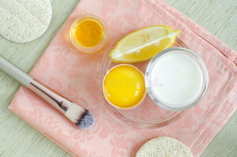 Griechischer Jogurtsahne oder -kefir, rohes Ei, Zitrone und Olivenöl Selbst gemachtes Schönheitsbehandlungsrezept lizenzfreies stockfoto