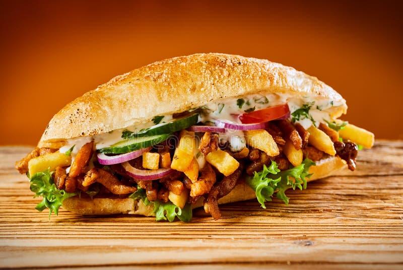 Griechischer Kreiselkompassburger mit gebratenem geschnittenem Fleisch lizenzfreie stockbilder
