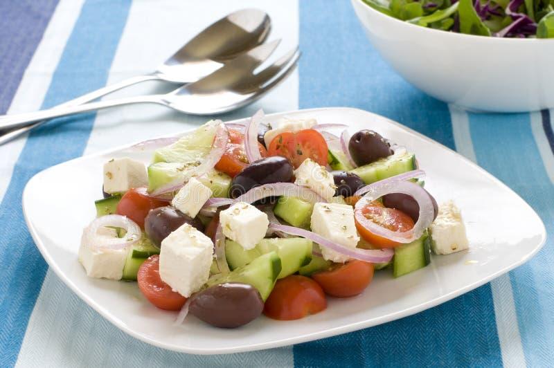 Griechischer Salat auf einer Platte lizenzfreies stockbild