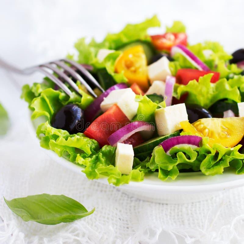 Griechischer Salat auf einer weißen Schüssel stockbilder