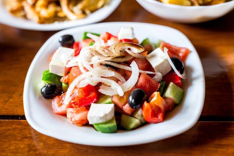 Griechischer Salat auf Schreibtisch Nahrung stockbilder