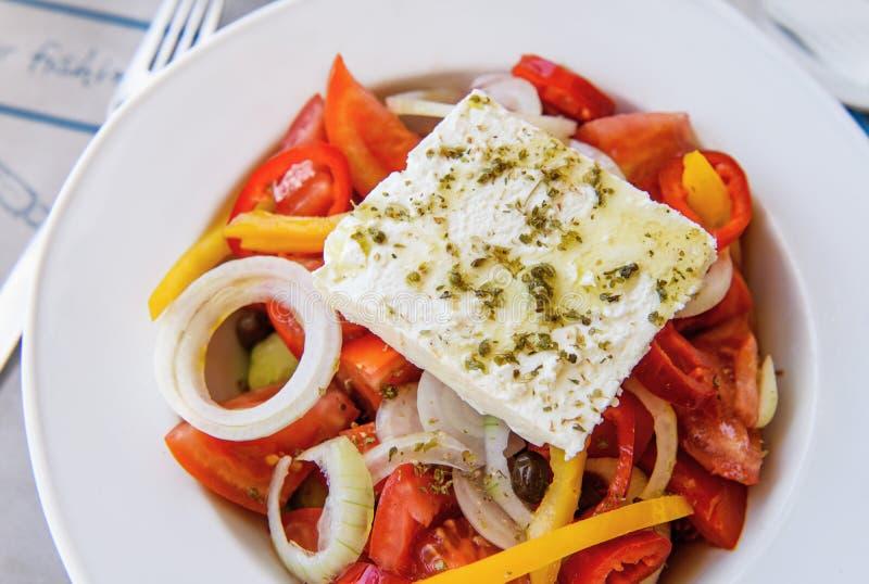 Griechischer Salat in einer Platte lizenzfreie stockbilder