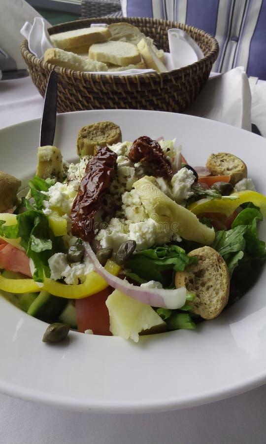 Griechischer Salat und Brot lizenzfreie stockbilder