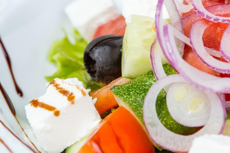 Griechischer vegetarischer Salat mit Soße stockbilder