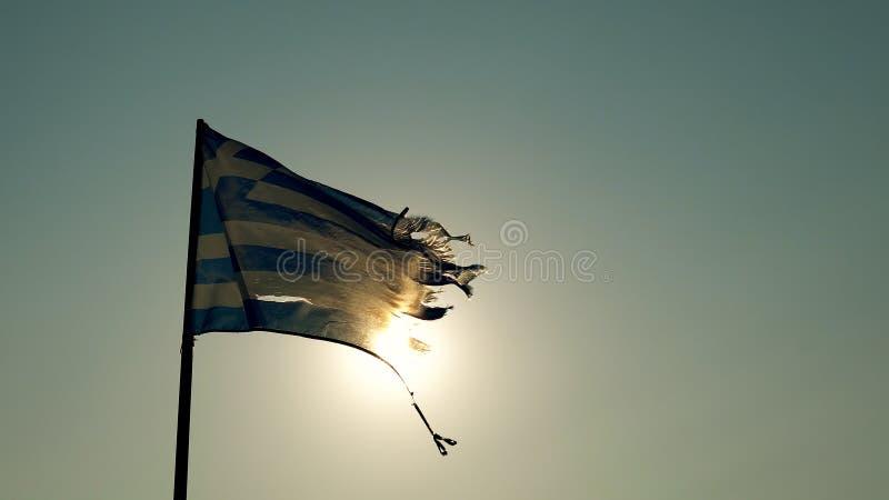 Griechisches fahnenschwenkendes auf Strand lizenzfreie stockbilder