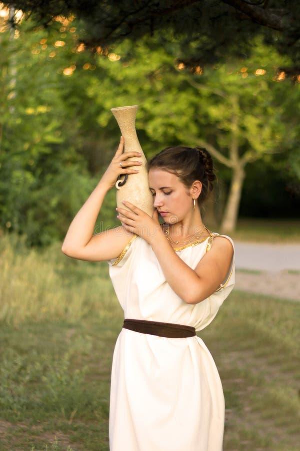 Griechisches Mädchen mit Vase im Sommergarten lizenzfreies stockbild