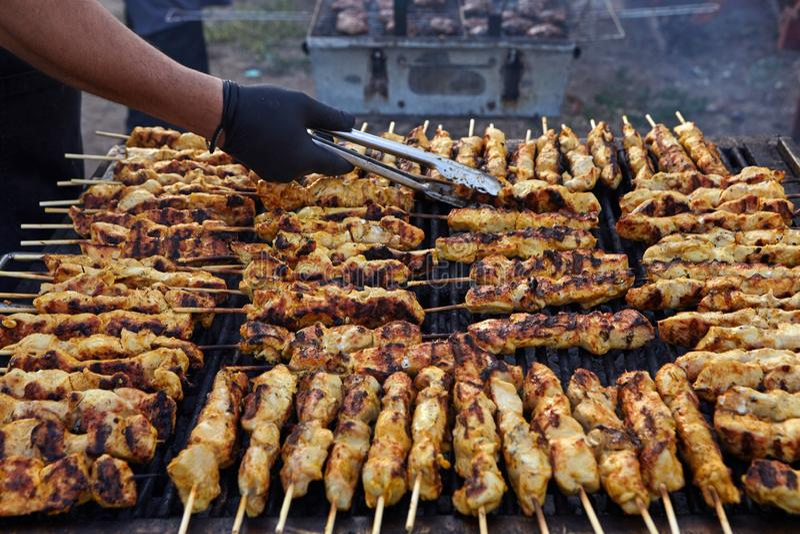 Griechisches Souvlaki Geschmackvolle traditionelle Nahrung vom Fleisch von Huhn-cooki stockfotografie