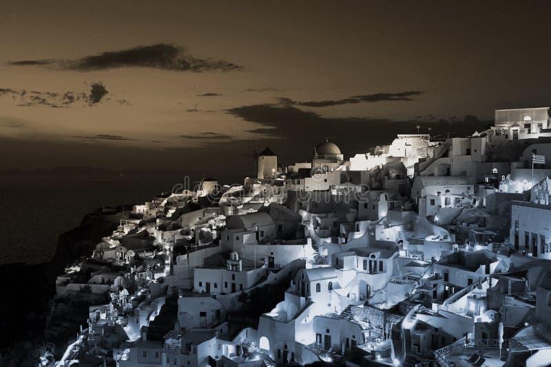 Griechisches Stadtbild von Gebäuden an der Dämmerung in der Stadt von Oia, Santorini, Griechenland stockbilder