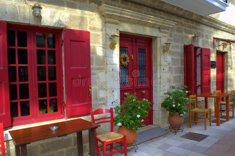 Griechisches Straßencaférestaurant, Lefkas, Griechenland lizenzfreies stockbild