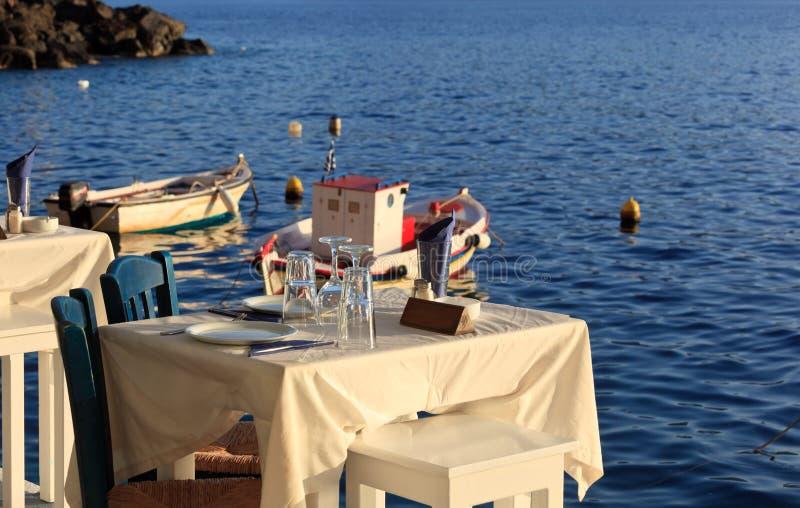 Griechisches taverna nahe dem Meer lizenzfreie stockfotografie