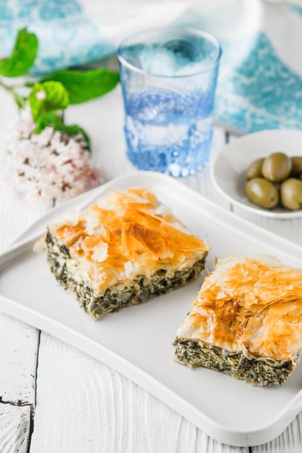 Griechisches Torte spanakopita auf der weißen Platte mit stattet Vertikale aus stockfoto